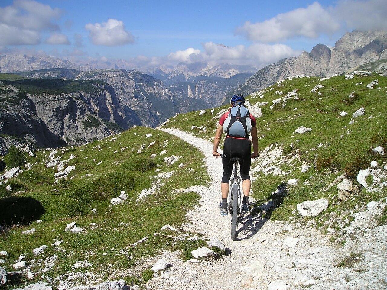 リュック背負って自転車乗ってる人の画像